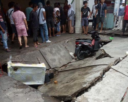 Semenisasi Halaman Kedai Kopi di Jalan Jawi-jawi Selatpanjang Amblas