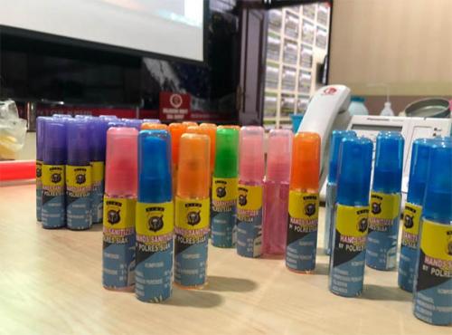 Satlantas Polres Siak Racik Hand Sanitizer dan Bagikan ke Warga Agar Terhindar dari Covid-19